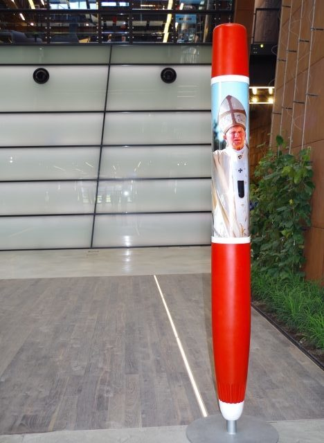 European Solidarity Centre - Lech Walesa's historic pen with image of Pope John Paul II. Gdansk tour – Hit The Road Travel