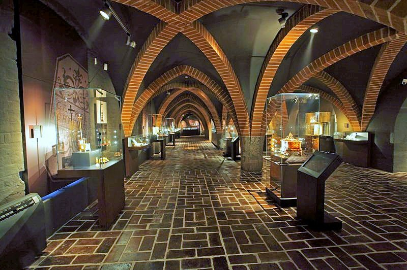 Amber exhibition in the Malbork Castle. Amber tours – Hit The Road Travel