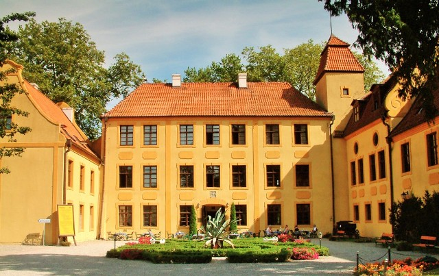 Krokowa Castle. Group tour package – Hit The Road Travel