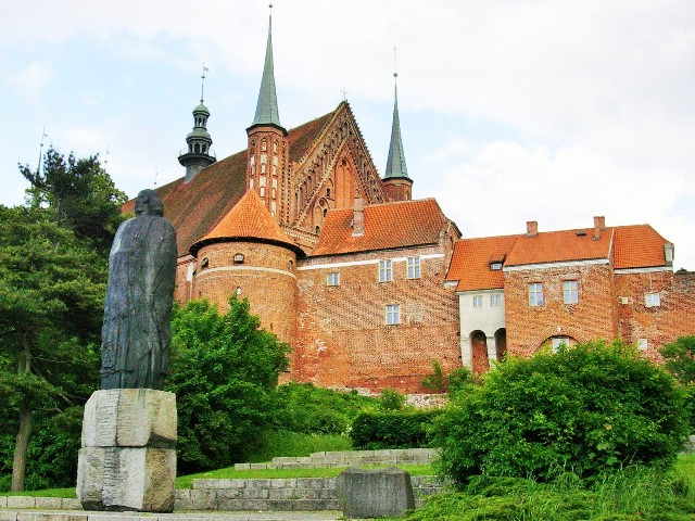 Copernicus monument in Frombork, the Cathedral Hill. Package tour – Nicolaus Copernicus tour of Poland – Hit The Road Travel