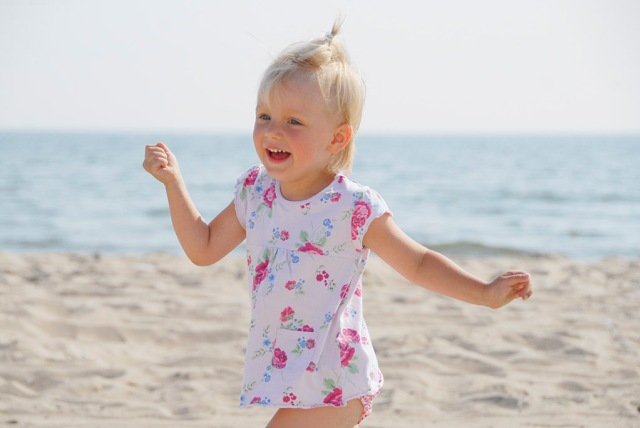 Little girl playing on the beach, Hel Peninsula. Tour for kids in Gdansk, school trips to Poland – Hit The Road Travel