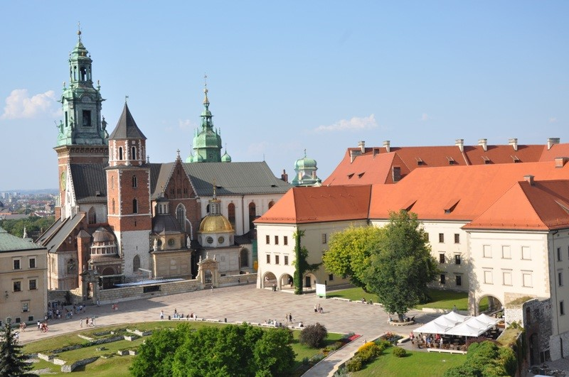 The Royal Castle and the Royal Archcathedral Basilica of Saints Stanislaus and Wenceslaus on the Wawel Hill. Trips to Cracow – Hit The Road Travel
